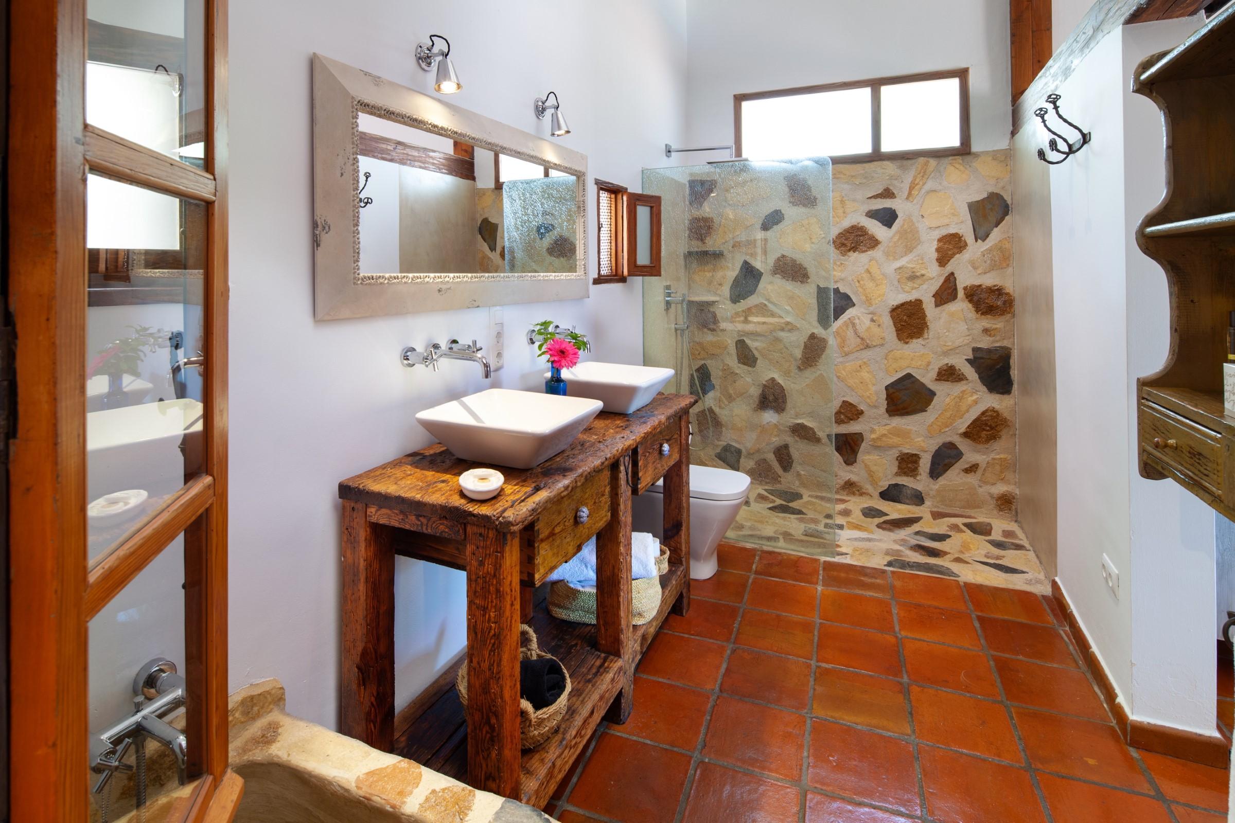 lavabos gemelos, baño y ducha